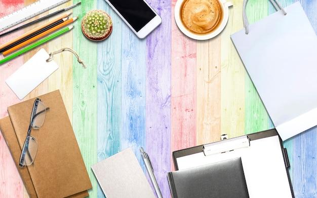 Bedrijfs-, marketing- en onderwijs illustratie op houten bureau met kopie ruimte voor uw tekst of product.