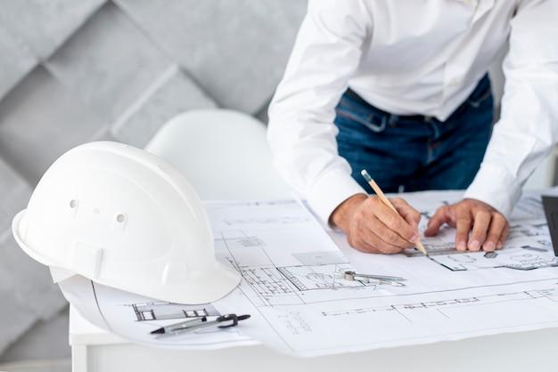 Bedrijfs mens die aan architecturaal project werkt