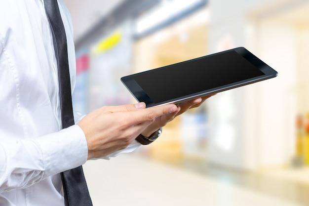 Bedrijfs mens die aan digitale tablet werkt