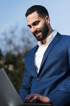 Bedrijfs mens die aan laptop werkt
