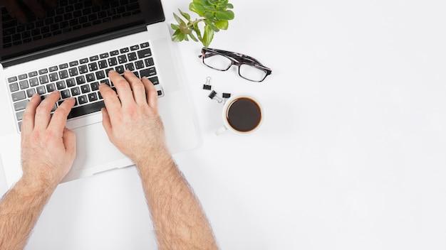 Bedrijfs mens die aan zijn laptop werkt
