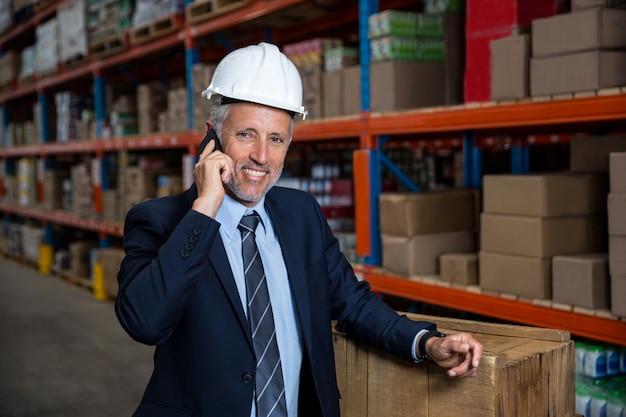 Bedrijfs mens die de telefoon uitnodigt