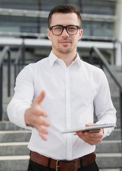 Bedrijfs mens die hand middelgroot schot toont