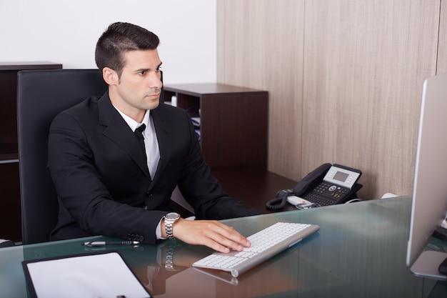 Bedrijfs mens die in bureau werkt
