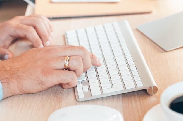 Bedrijfs mens die in een bureau op zijn werkplaats werkt