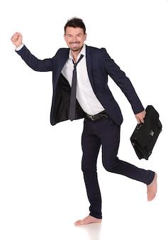Bedrijfs mens die kort geval en het lopen houdt.