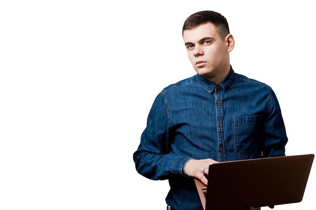 Bedrijfs mens die met laptop werkt