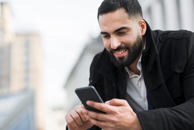 Bedrijfs mens die mobiel bekijkt