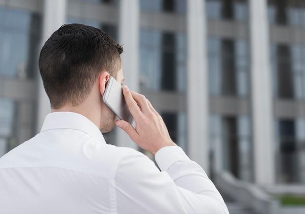 Bedrijfs mens die op de telefoon spreekt