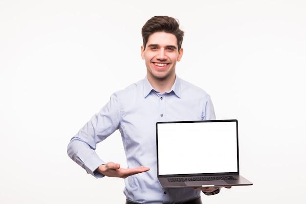 Bedrijfs mens die op laptop richt die op witte ruimte wordt geïsoleerd