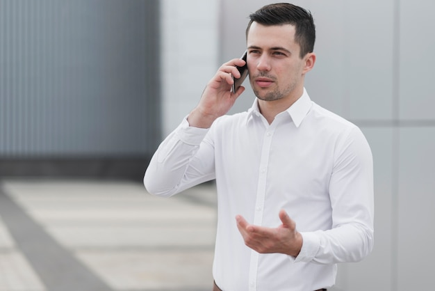 Bedrijfs mens die op telefoon spreekt
