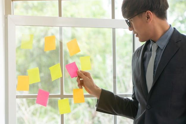 Bedrijfs mens die projectplan en taak in agile proces voor team in vergaderzaal voor brainstorm voorstelt