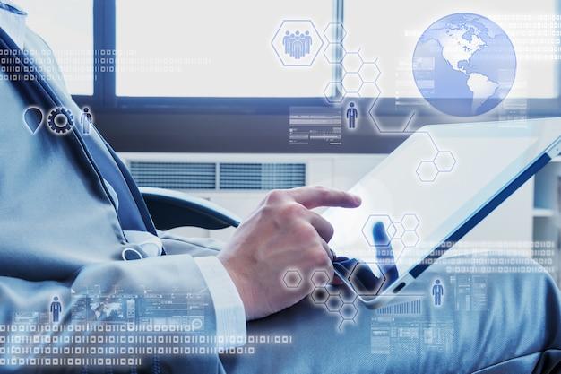 Bedrijfs mens die tablet met digitaal laageffect gebruikt