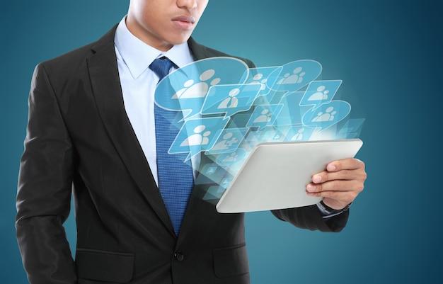 Bedrijfs mens die tabletpc met behulp van. conceptueel beeld van sociale netwerken