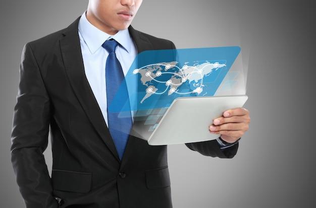 Bedrijfs mens die tabletpc met behulp van. conceptueel beeld
