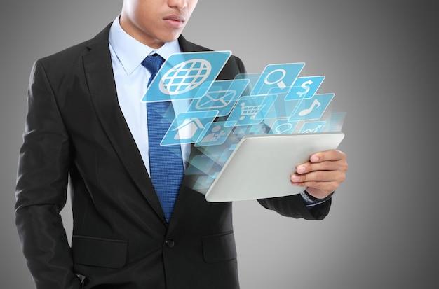 Bedrijfs mens die tabletpc met behulp van