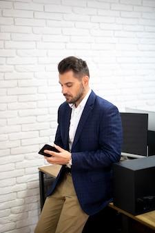 Bedrijfs mens die telefoon bekijkt