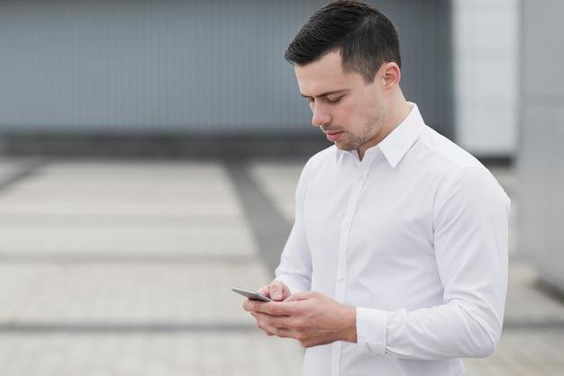 Bedrijfs mens die telefoon controleert