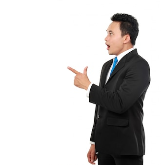 Bedrijfs mens die verrassend op iets richt