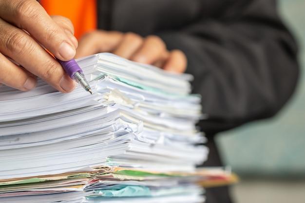Bedrijfs mens die voor het schikken van documenten werkt