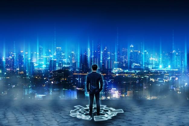 Bedrijfs mens die zich op toekomstige netwerkstad bevindt