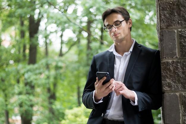 Bedrijfs mens die zijn telefoon controleert