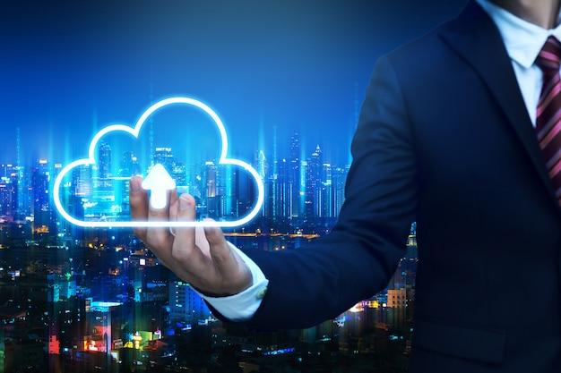 Bedrijfs mens met de verbindingsconcept van het wolkennetwerk