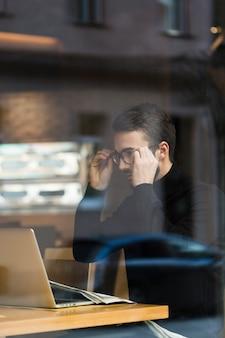 Bedrijfs mens met glazen het werken