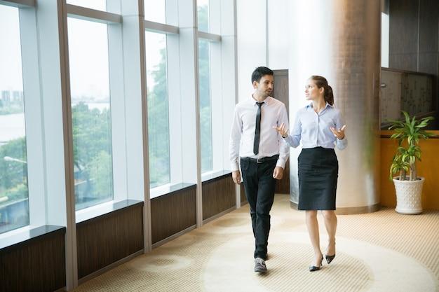 Bedrijfs mensen wandelen in office 1