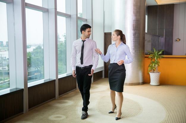 Bedrijfs mensen wandelen in office 2