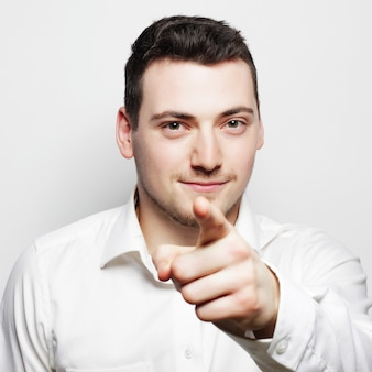 Bedrijfs, succes en mensenconcept - jonge bedrijfsmens die wit overhemd dragen, dat op wit wordt geïsoleerd.