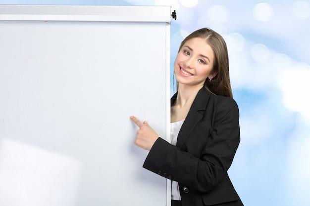 Bedrijfs vrouw die bij whiteboard verklaart
