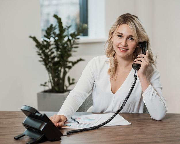 Bedrijfs vrouw die de telefoon beantwoordt