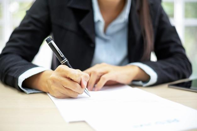 Bedrijfs vrouw die documenten ondertekent. deal concept.