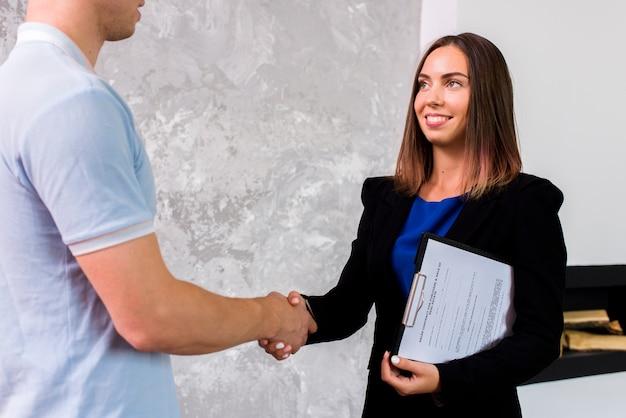 Bedrijfs vrouw die een man bekijkt