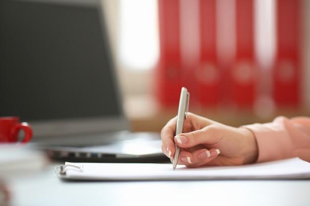 Bedrijfs vrouw die een pen in zijn hand houdt, en een contract, met diepte van gebiedsbeeld ondertekende