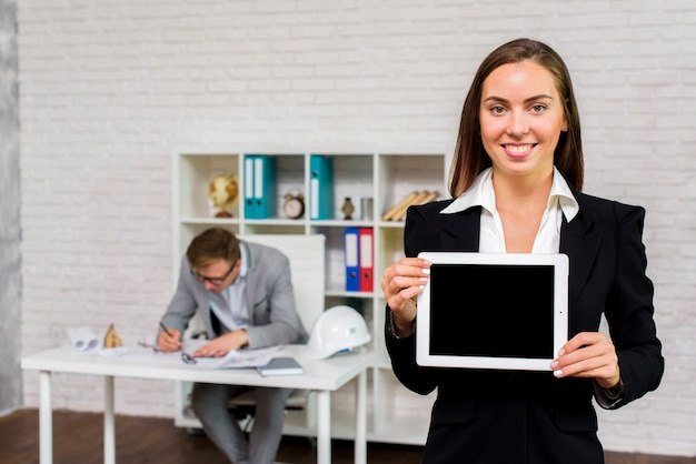 Bedrijfs vrouw die een tabletmodel houdt