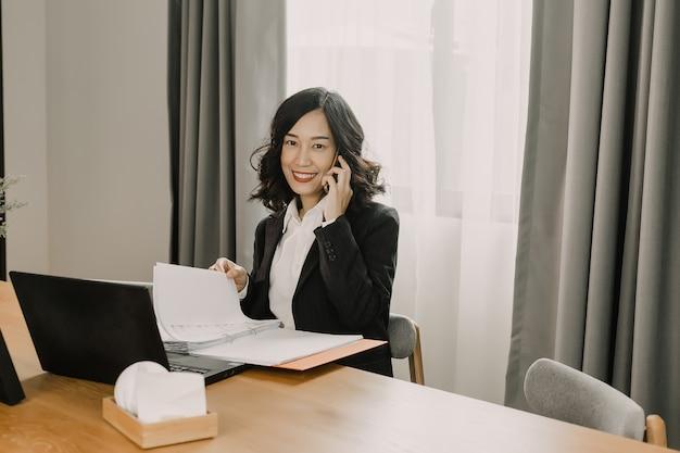 Bedrijfs vrouw die en celtelefoon werkt roept.