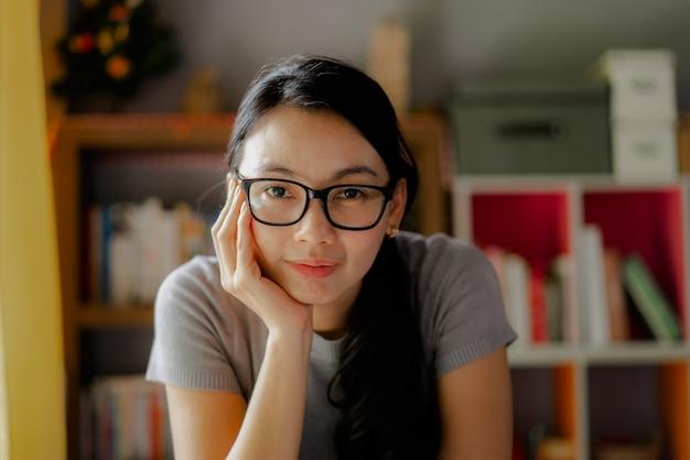 Bedrijfs vrouw die glazen en glimlach draagt