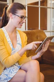 Bedrijfs vrouw die haar tablet kijkt