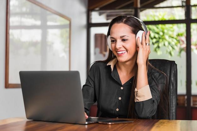 Bedrijfs vrouw die hoofdtelefoons draagt