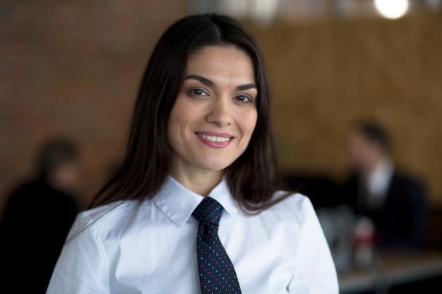 Bedrijfs vrouw die in bureau werkt