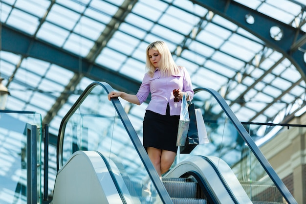 Bedrijfs vrouw die in een wandelgalerij gaat winkelen
