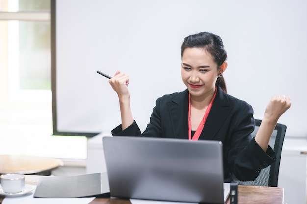Bedrijfs vrouw die in haar werkplaats werkt