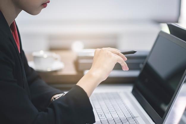 Bedrijfs vrouw die met laptop werkt