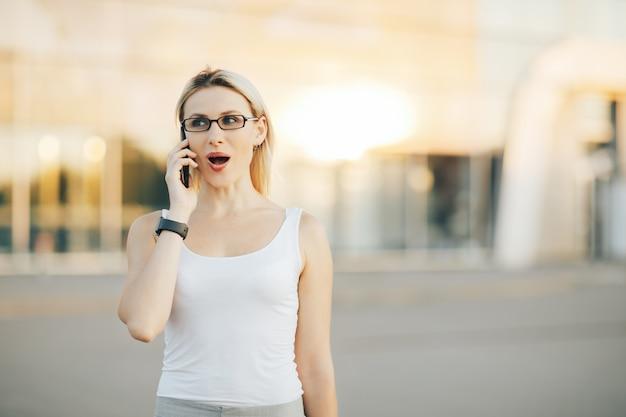 Bedrijfs vrouw die op de telefoon spreekt