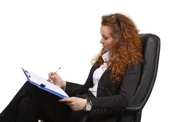 Bedrijfs vrouw die op een klembord schrijft