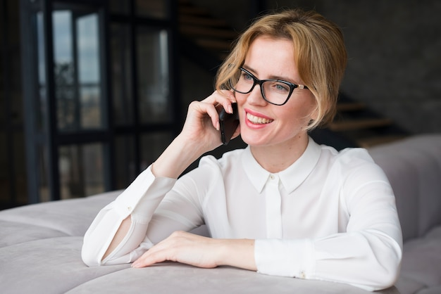 Bedrijfs vrouw die op telefoon spreekt