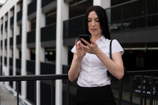 Bedrijfs vrouw die smartphone gebruikt