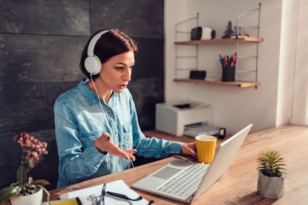 Bedrijfs vrouw die videovraag doet op kantoor